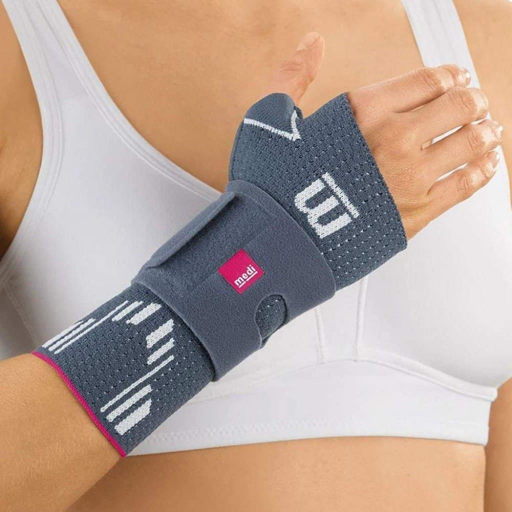 Medi-Manumed-Active-Polsbrace-vrouw-aan